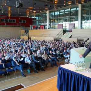 Konferenz Redner am Rednerpult mit Blick auf Publikum