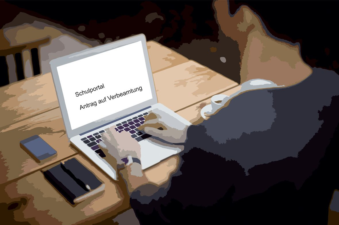 Mann vor Laptop Schulportal